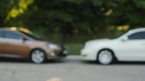 Mannen ger en biltangent till den annan mannen stock video