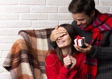 Mannen ger en gåva till en kvinna Jul nytt år Royaltyfria Foton