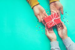 Mannen ger en gåva till kvinnlign med kopieringsutrymmebakgrund royaltyfri foto