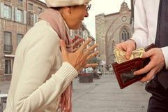 Mannen ger en kvinna pengarna Royaltyfri Foto