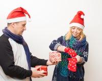 Mannen ger flickan per gåva på vit bakgrund Arkivbild