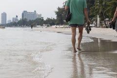 Mannen gick bredvid stranden i den Huahin stranden, Thailand Arkivfoto