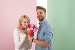 Mannen gratulerar ferie för kvinnafödelsedagårsdagen, pastellfärgad bakgrund Förälskad fira ferie för par Mannen ger sig Royaltyfria Foton