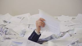 Mannen grundar ett viktigt dokument i gruppen av onödiga dokument stock video