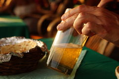 Mannen häller öl i exponeringsglaset Royaltyfri Fotografi