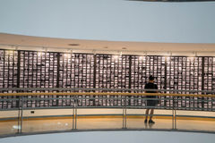 Mannen håller ögonen på målning på väggen på gallerit Royaltyfri Foto