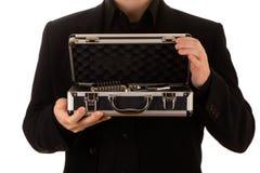 Mannen håller ett öppet metallfall med en mikrofon inom Arkivfoton