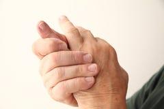 Mannen har att smärta i lillfingerfinger Royaltyfri Fotografi