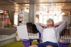 Mannen har att vila i startup kontor Arkivbild