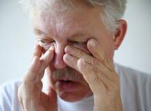 Mannen har nasal blodstockning Arkivfoton