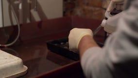 Mannen häller en flytande i en behållare stock video