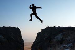 Mannen hoppar arkivfoton