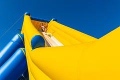 Mannen hoppar stranden för glidbanan för högt vatten för ritten Royaltyfri Foto