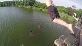 Mannen hoppar till floden från Brige stock video