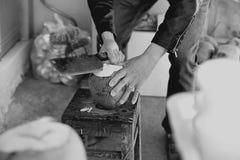 Mannen hugger av kokosnöten Arkivfoton