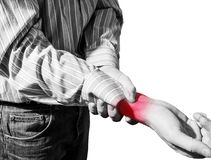 Mannen i affärsskjorta led från handleden smärtar, artrit arkivfoto