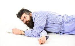 Mannen i badrocken som vaknar upp, morgonen får upp, vit bakgrund Royaltyfria Foton