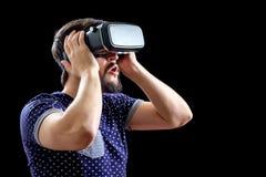 Mannen i blått prack bärande virtuell verklighet 3d-headset för T-tröja Royaltyfria Bilder