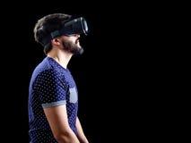 Mannen i blått prack bärande virtuell verklighet 3d-headset för T-tröja Arkivbilder