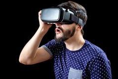 Mannen i blått prack bärande virtuell verklighet 3d-headset för T-tröja Arkivfoto