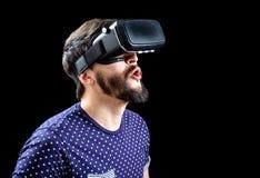 Mannen i blått prack bärande virtuell verklighet 3d-headset för T-tröja Royaltyfri Bild