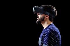 Mannen i blått prack bärande virtuell verklighet 3d-headset för T-tröja Arkivbild