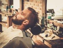 Mannen i en barberare shoppar Arkivfoton