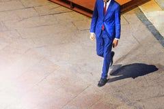 Mannen i en dräkt går på fyrkanten till framgång fotografering för bildbyråer