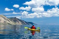 Mannen i en kajak på Lake Baikal royaltyfri bild