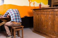 Mannen i en mexicansk stång får drucken och avverkar sovande att sitta bara på Royaltyfria Foton