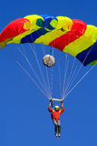 Mannen i ett färgrikt hoppa fallskärm royaltyfri foto