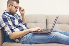 Mannen i exponeringsglas med en bärbar dator Royaltyfri Fotografi
