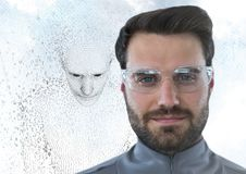 Mannen i exponeringsglas och mannen 3D formade binär kod mot himmel och moln Royaltyfri Bild