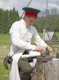 Mannen i form av soldaten av den ryska armén av 1812. Royaltyfri Bild