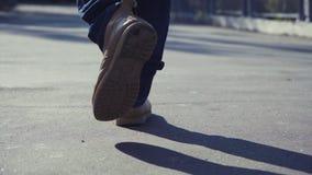 Mannen i gula kängor går genom hela stads- miljö arkivfilmer