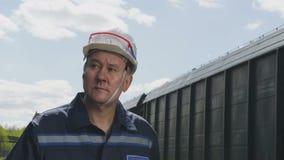 Mannen i hjälm promenerar lastdrevultrarapid lager videofilmer