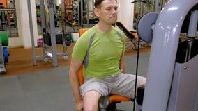 Mannen i idrottshallen Kondition Sund livsstil arkivfilmer