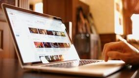 Mannen i kafét läste webbplatsen youtube lager videofilmer