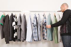 Mannen i kläder shoppar Royaltyfri Foto