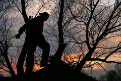 Mannen i konturn går i skogen arkivbilder
