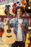 Mannen i musikal shoppar royaltyfria foton