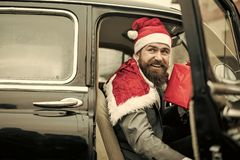 Mannen i röd hatt levererar xmas-gåvor i retro bil arkivbilder