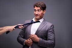 Mannen i roligt romantiskt begrepp Arkivfoton