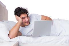 Mannen i sänglidande från sömnlöshet Royaltyfri Bild