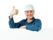 Mannen i shower för en konstruktionshjälm gör en gest reko Royaltyfri Fotografi