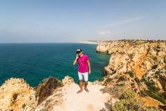 Mannen i slutet av vagga nära Atlantic Ocean talar på telefonen på soliga dagar för sommar Fotografering för Bildbyråer