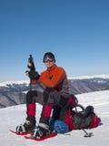 Mannen i snöskor i bergen royaltyfri fotografi