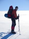 Mannen i snöskor i bergen arkivbild