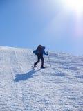 Mannen i snöskor i bergen arkivfoton