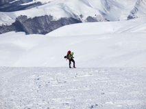 Mannen i snöskor i bergen royaltyfria bilder